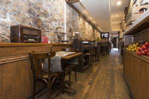 Mesas preparaadas en el restaurante Guell Tapas